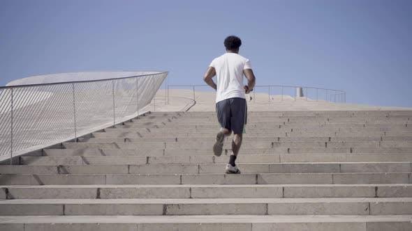 Thumbnail for Rückansicht von African American Man Laufen nach oben