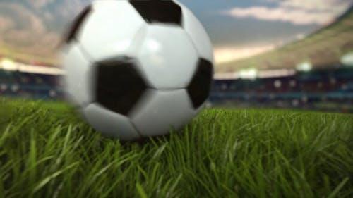 Balón de fútbol rodando por el campo