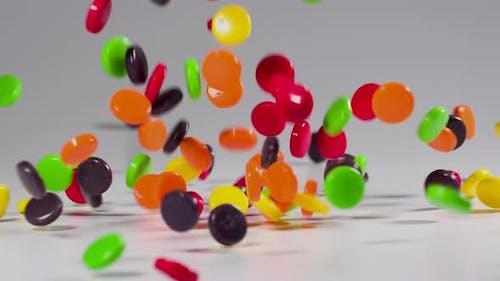 Bunte Süßigkeiten fällt in Zeitlupe