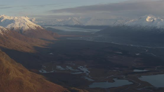Blaue und weiße Troopers Hubschrauber, die über Alaskan Highway schweben, Drohne nen-Luftaufnahmen