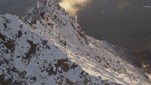 Luftaufnahmen von LKWs, die Überführung in der Wildnis Alaskas überqueren, Drohne aufnahmen