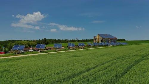 Photovoltaik-Sonnenkollektoren auf Naturhintergrund