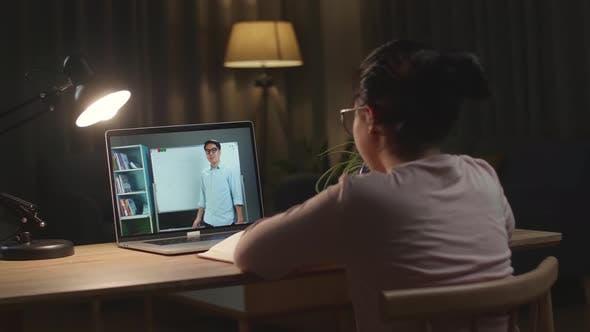 Schule Teen Girl Student Fernstudium mit Online-Lehrer auf Computerbildschirm