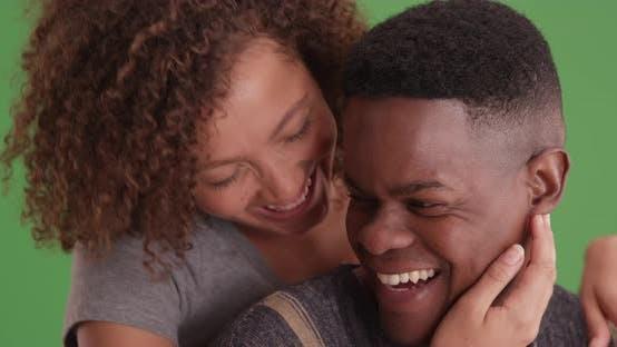 Thumbnail for Millennial Paar umarmen einander auf grünem Bildschirm