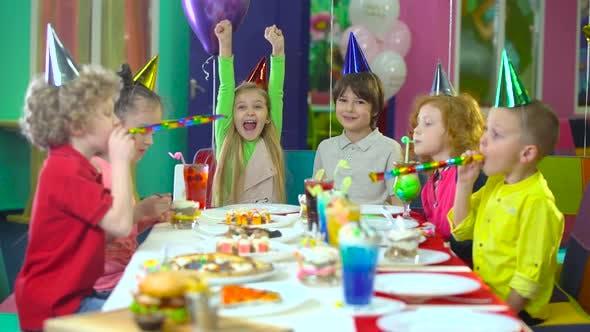 Thumbnail for Kinder in bunten Hüten feiern Geburtstag im Entertainment Center.