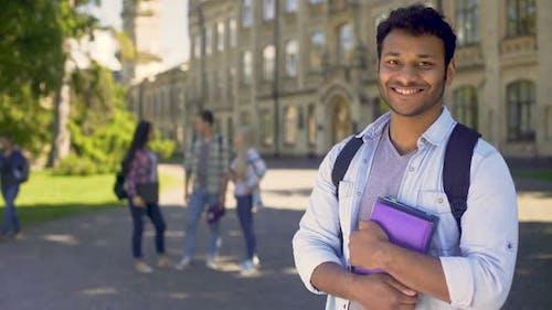 Ausländischer Student stolz auf Gelegenheit, an einer Universität im Ausland zu studieren, Bildung