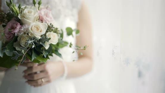 Thumbnail for Braut hält Blumen in Händen
