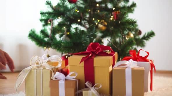 Thumbnail for Hände Putting Geschenk-Boxen unter Weihnachtsbaum 11