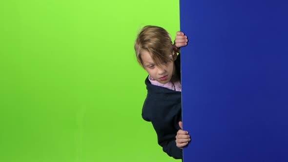 Thumbnail for Child Boy guckt aus dem Seitenbrett heraus und nckt seinen Kopf auf dem grünen Bildschirm. Zeitlupe