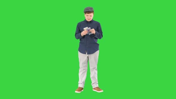 Rich Teenager Happy Boy zählt Euro auf einem Greenscreen Chroma Key