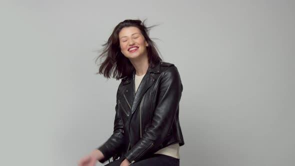 Zeitlupe Frau mit Blasen Haar in Studio