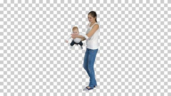 Thumbnail for Mutter dreht ihr Baby auf die Hände Baby fliegen in Mütter Hände