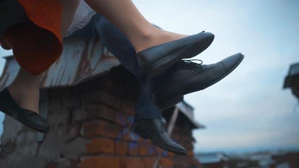 Thumbnail for verheiratet paar über zu feiern und Beine plaudern auf Dach