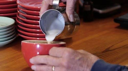 Einen Latte im Café machen