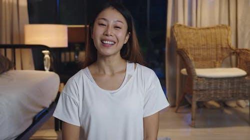 Lady Vlogger Blick auf die Kamera mit Handy Talk machen Live-Videoanrufe auf dem Sofa zu Hause Nacht.