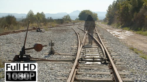Mann geht durch die Eisenbahn und verblasst Pack