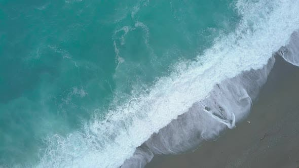 Cover Image for Aerial Top Down View of Turquoise Sea Waves Foaming and Splashing, Big Waves From Above Rolling