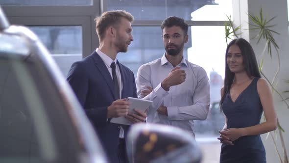 Auto Dealer Consulting Clients in Choosing New Car
