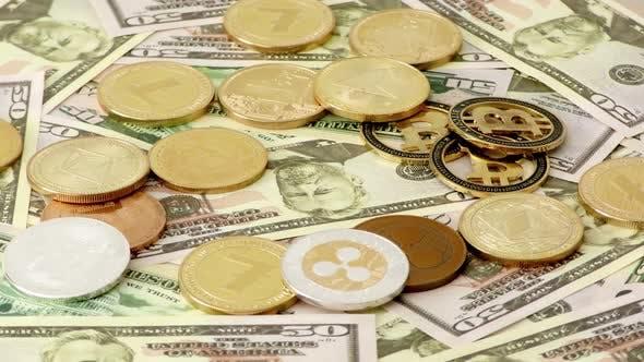 Thumbnail for Gold Krypto-Münzen rotieren auf Scheine von 50 Dollar. Weltweit Virtual Internet Kryptowährung.