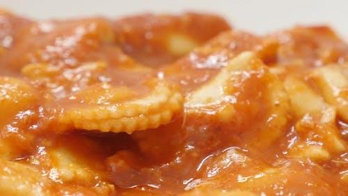 Pasta Teig Ravioli in der Tomatensauce mit Käse Lebensmittel Hintergrund 4K 2160p 30fps UltraHD langsam til