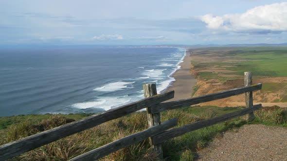 Bluff mit Blick auf Ozeanwellen