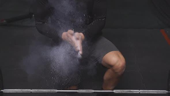 Cropped Fitness Sportlicher Mann Reibt Hände mit Kreide Magnesiumpulver Vorbereitung auf das Training