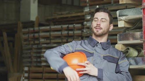 Schwerindustrie Hersteller Entspannen nach der Arbeit Lächeln Blick weg