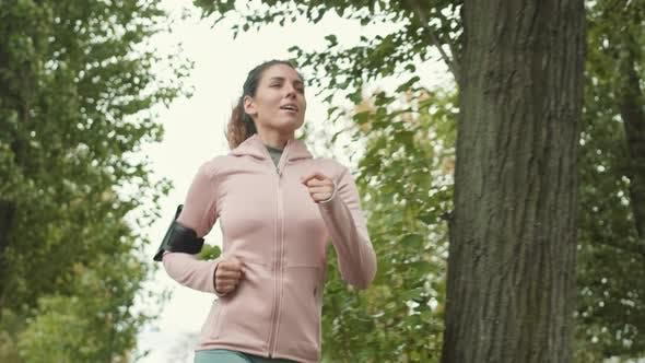Sportliche Frau läuft im Wald