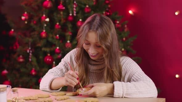 Thumbnail for Junge lächelnde Frau machen Weihnachten Bäckerei Farben Festliche Ingwer-Kekse