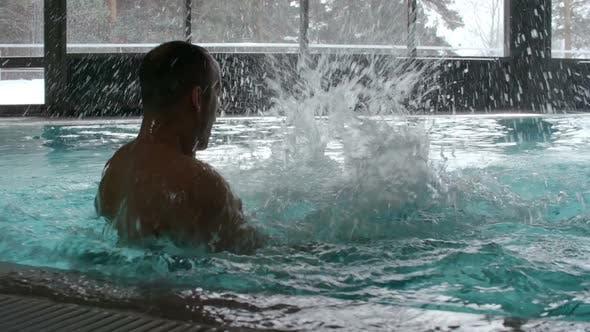Thumbnail for Frau und Mann mit Spaß im Schwimmbad