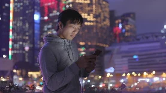 Thumbnail for Mann Verwendung von Tablet-Computer in der Nacht