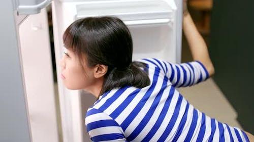 Frau hungrig und offen Kühlschrank für Essen