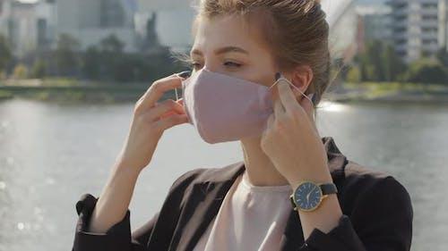 Frau trägt Gesichtsmaske Draußen