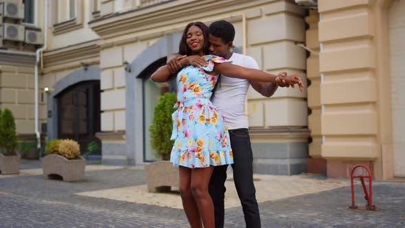 Attraktives Afrikanisches Paar tanzt