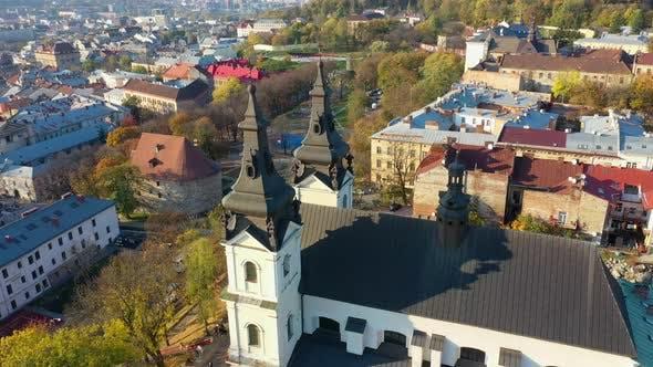 Thumbnail for LuftVideo der Kirche von Hl. Mikhail im zentralen Teil der Altstadt von Lviv, Ukraine