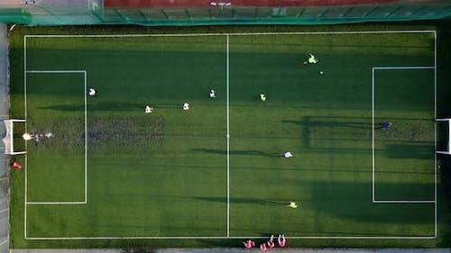 Der Beginn eines Fußballspiels und Torschuss
