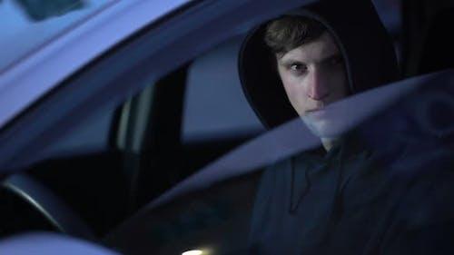 Mörder Zielschütze aus dem Auto, Agent mit Revolver, Kriminalschießen Attentat
