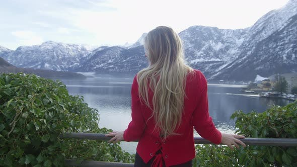Cover Image for Young woman admiring the Hallstatt Lake