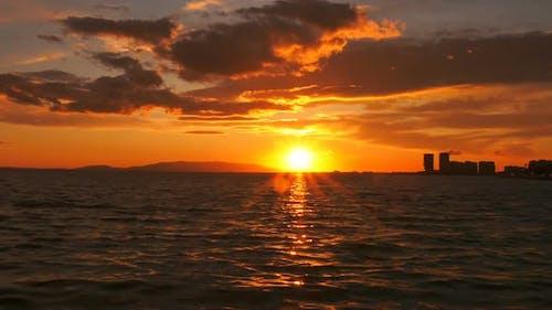 Sonnenuntergang und Himmlische Wolken und Meer Zeitraffer