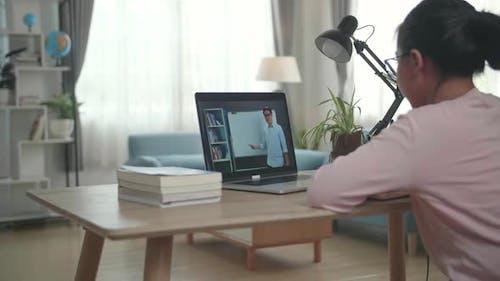 Teen Girl Student Fernstudium mit Online-Lehrer auf Computerbildschirm. Web Tutor
