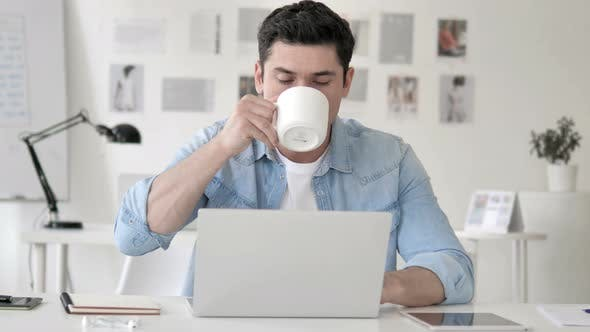 Thumbnail for Mann trinken Kaffee