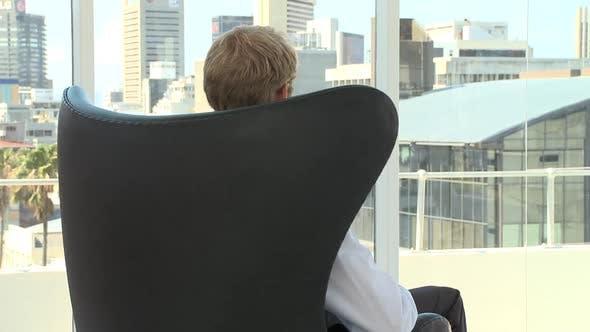 Thumbnail for Frau eines Geschäftsmanns dreht sich auf einem Stuhl um