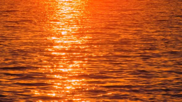 Thumbnail for Scenic Seascape mit Sonnenuntergang Reflektieren im Meerwasser. Passant mit Notebook Walking Past. Heißer Magma