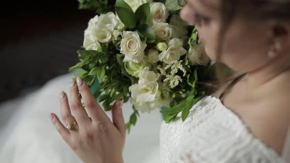 Thumbnail for Schöne, schöne Braut in Hochzeits-Luxus-Kleid und Schleier. Hochzeitsstrauß in Händen vom Bräutigam