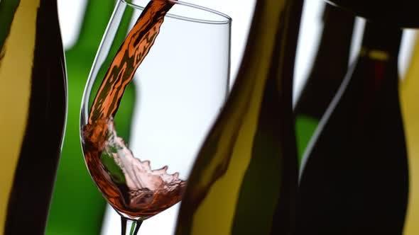Thumbnail for Rotwein Gießen in Zeitlupe mit Flaschen im Hintergrund; Aufnahme auf Phantom Flex 4K bei 1000 fps