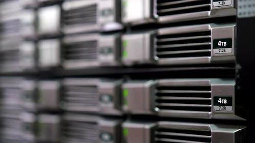 Speicher und Datenbank im Serverraum