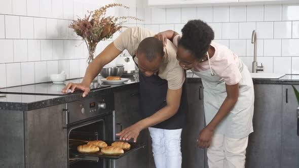 Ehe Afrikanisches Paar kocht, backt zusammen