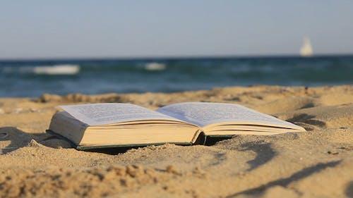 Buch von Sand auf dem Strand