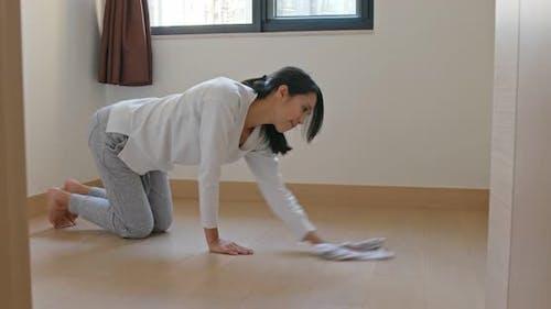 Hausfrau reinigen den Boden