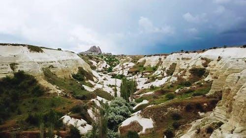 Von Felsen umgebenes Tal